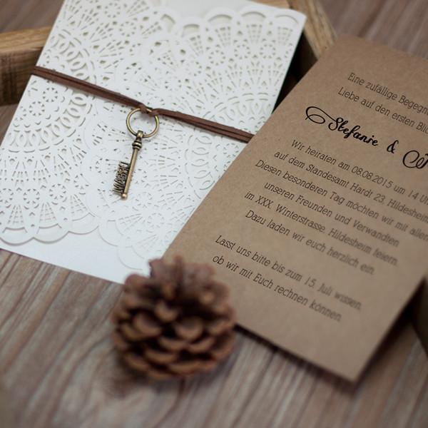 Rustikale Hochzeitseinladungskarte Mit Band Und Schluessel KPL149